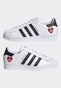 adidas Originals - SUPERSTAR - Tenisky - ftwr white/core black/scarlet - 7