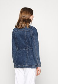 ONLY - ONLTIA LIFE LONG BELT  - Veste en jean - light blue denim - 2