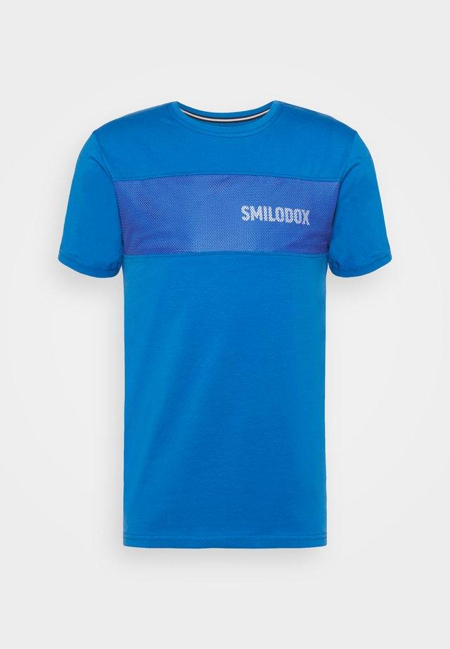 HERREN LIT GRID - Print T-shirt - blau/weiss