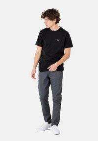 Reell - FLEX TAPERED CHINO - Trousers - dark grey - 1
