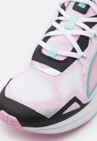 Puma - ULTRA RUNNER JR UNISEX - Závodní běžecké boty - pink/black/white - 5