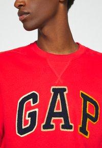 GAP - CHENILLE ARCH CREW - Sweatshirt - vermillion - 5