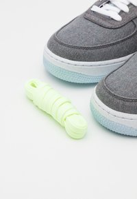 Nike Sportswear - AIR FORCE 1 '07 UNISEX - Sneakers basse - iron grey/white/barely volt/celestine blue - 5
