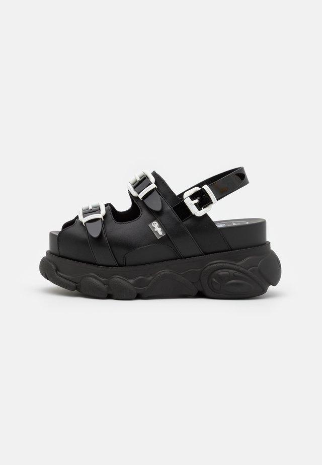 MARINA HOERMANSEDER X BUFFALO BUCKLETREATS BLACK VEGAN  - Sandalen met plateauzool - black