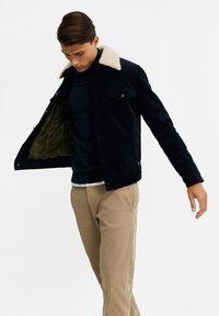 WE Fashion - MET SHERPA KRAAG - Jas - dark blue - 3