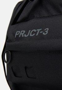 Under Armour - PROJECT ROCK DUFFLE - Sportovní taška - black - 5