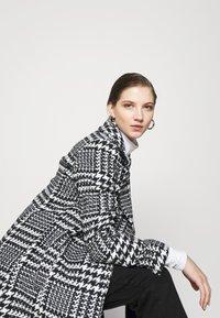 Forever New - JILLIAN HOUNDSTOOTH COAT - Classic coat - black & white - 3