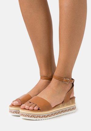 Korkeakorkoiset sandaalit - cognac