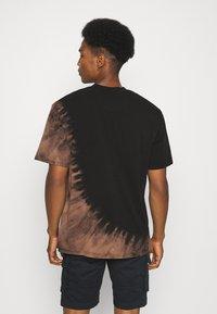 Karl Kani - RETRO BLEACHED TEE UNISEX - T-shirt con stampa - black - 2