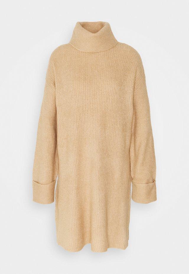 PLATED FUNNEL DRESS - Strickkleid - camel