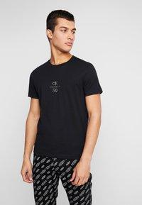 Calvin Klein Jeans - SMALL LOGO SLIM TEE - Triko spotiskem - black beauty/silver - 0