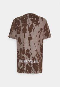 RETHINK Status - REGULAR FIT UNISEX - Triko spotiskem - brown - 1