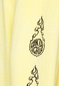 Santa Cruz - UNISEX MAKO - T-shirt con stampa - yellow/purple - 2