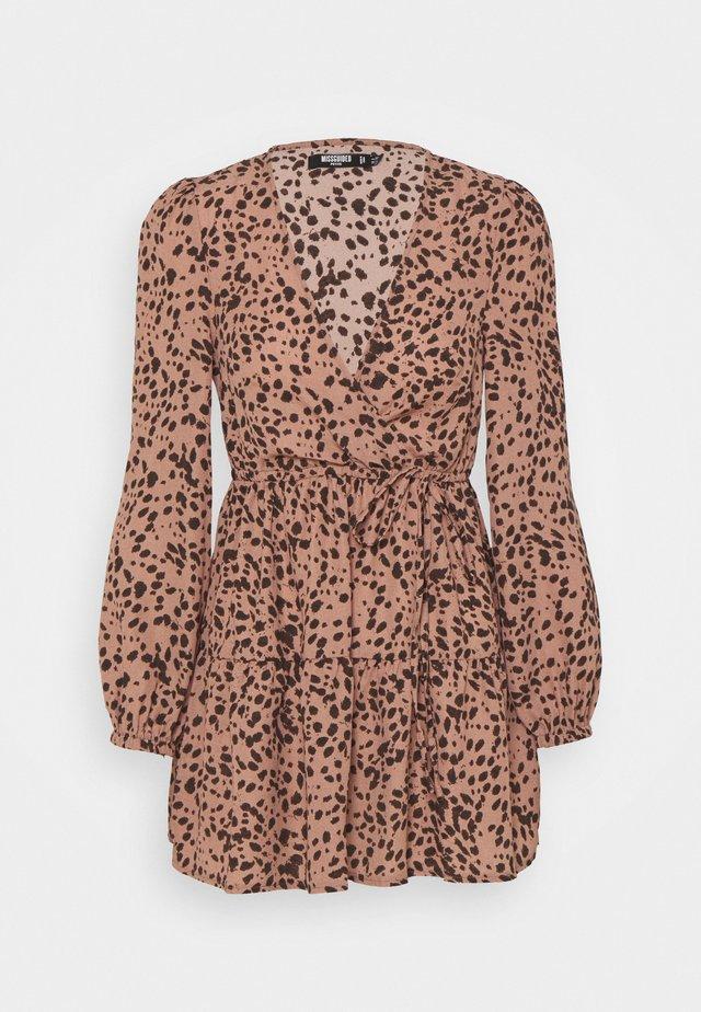 ANIMAL WRAP PLUNGE SKATER DRESS - Sukienka letnia - rust