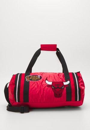 NBA CHICAGO BULLS SATIN DUFFEL BAG - Club wear - red