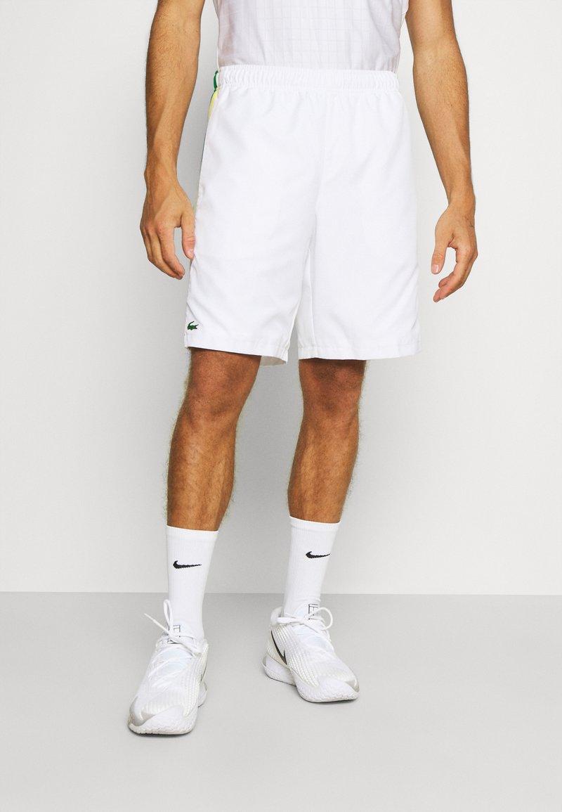 Lacoste Sport - TENNIS TOUR - Sports shorts - white/malachite/yellow