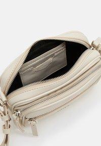PARFOIS - CROSSBODY BAG BUBBLE - Across body bag - ecru - 2