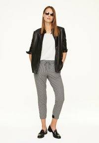 comma casual identity - MIT HAHNENTRITT-MUSTER - Trousers - cream houndstooth - 1