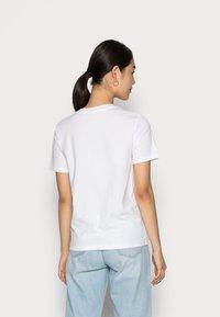 Calvin Klein Jeans - EASY INSTITUTIONAL TEE - Triko spotiskem - bright white - 2