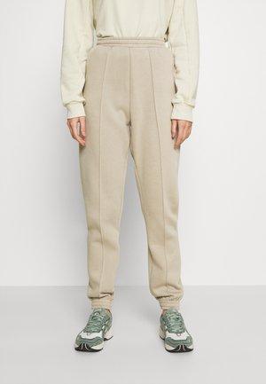ULTIMATE COZY JOGGERS - Teplákové kalhoty - beige