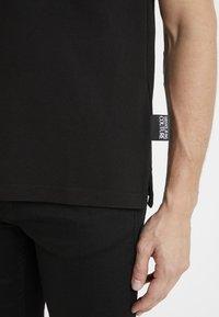 Versace Jeans Couture - LABEL POLO - Koszulka polo - black - 5