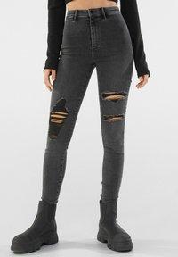 Bershka - MIT RISSEN  - Jeans Skinny Fit - dark grey - 0