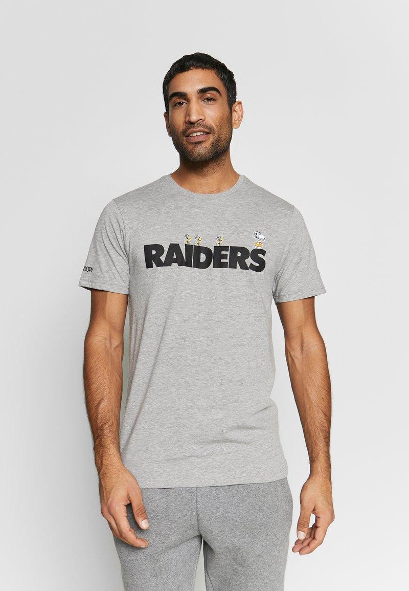 New Era - NFL SNOOPY TEE OAKLAND RAIDERS - T-shirts print - gray
