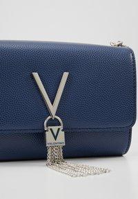 Valentino Bags - DIVINA  - Kopertówka - blu - 4
