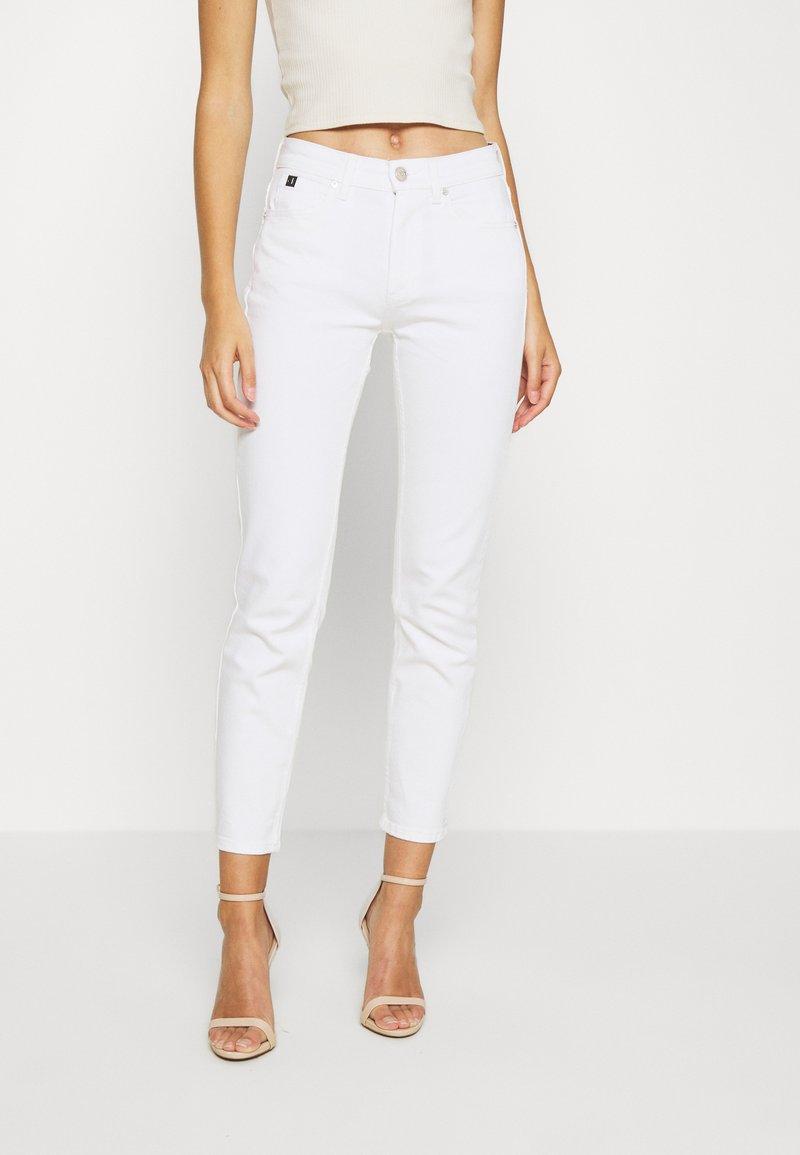 Calvin Klein - MID RISE SLIM ANKLE - Slim fit jeans - white