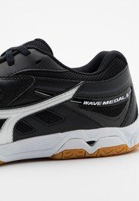 Mizuno - WAVE MEDAL 6 - Sportovní boty - black/white - 5