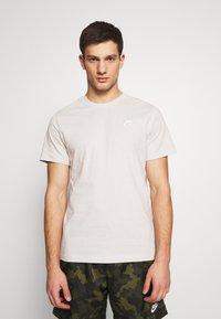 Nike Sportswear - CLUB TEE - T-shirt - bas - light bone/(white) - 0