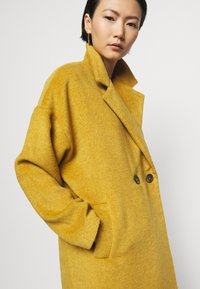 Progetto Quid - HOGART - Classic coat - yellow - 4