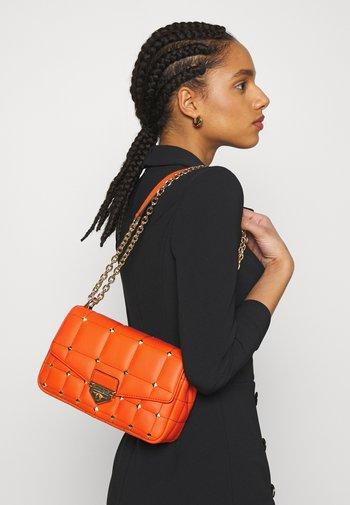 SOHO CHAIN - Across body bag - clementine
