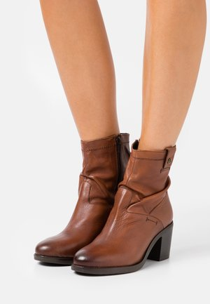 BOOTS - Bottines - dark cognac