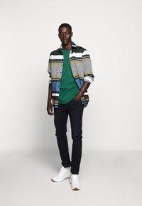 Bruuns Bazaar - GUSTAV BUSTER TEE - Basic T-shirt - dark green - 1