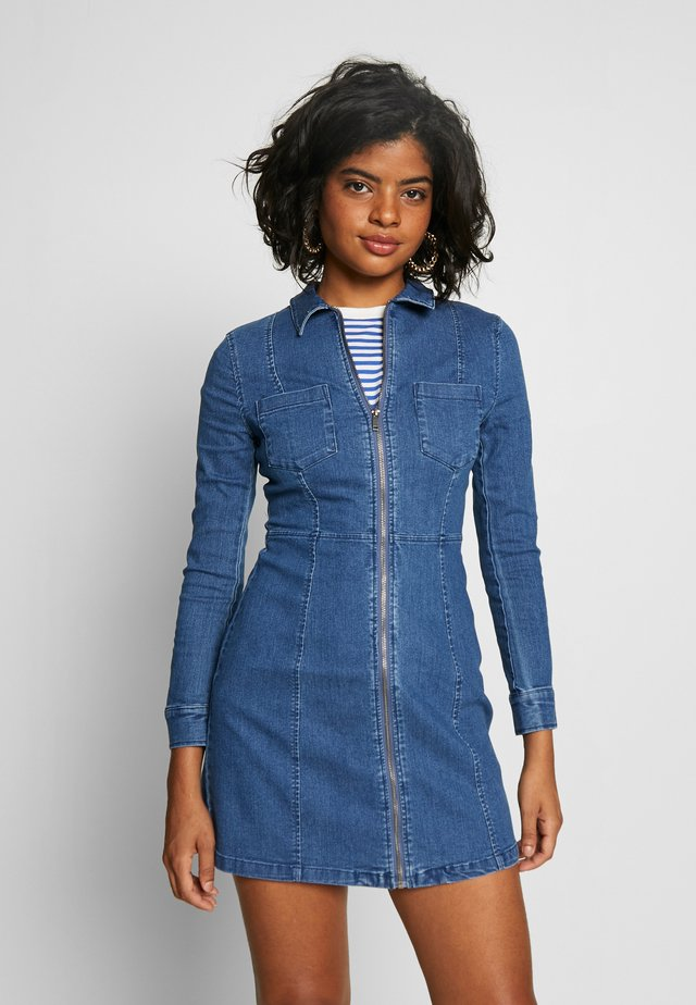 NMLISA ZIP DRESS - Denimové šaty - medium blue denim