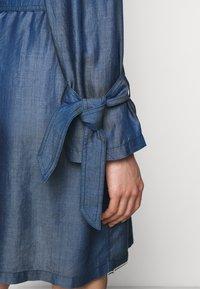 Emporio Armani - Sukienka jeansowa - denim blue - 3