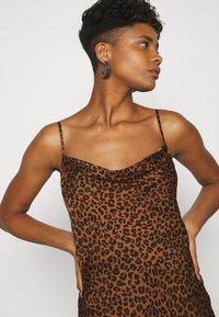 Good American - LEOPARD SLIP DRESS - Robe d'été - chai - 3