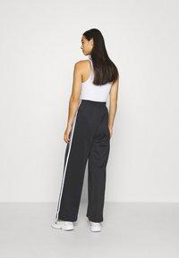 adidas Originals - RELAXED PANT  - Pantalon de survêtement - black - 2