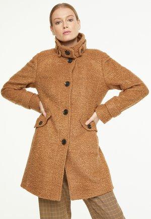 MIT RIEGEL-DETAILS - Short coat - camel