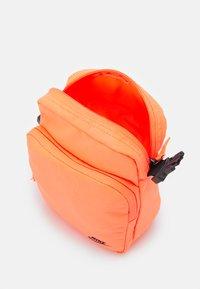 Nike Sportswear - HERITAGE UNISEX - Skuldertasker - bright mango/smoke grey - 2