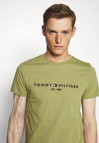 Tommy Hilfiger - LOGO TEE - T-shirt z nadrukiem - green - 4