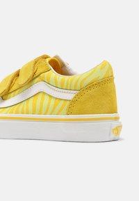 Vans - OLD SKOOL V UNISEX - Trainers - neon animal zebra/yellow - 4