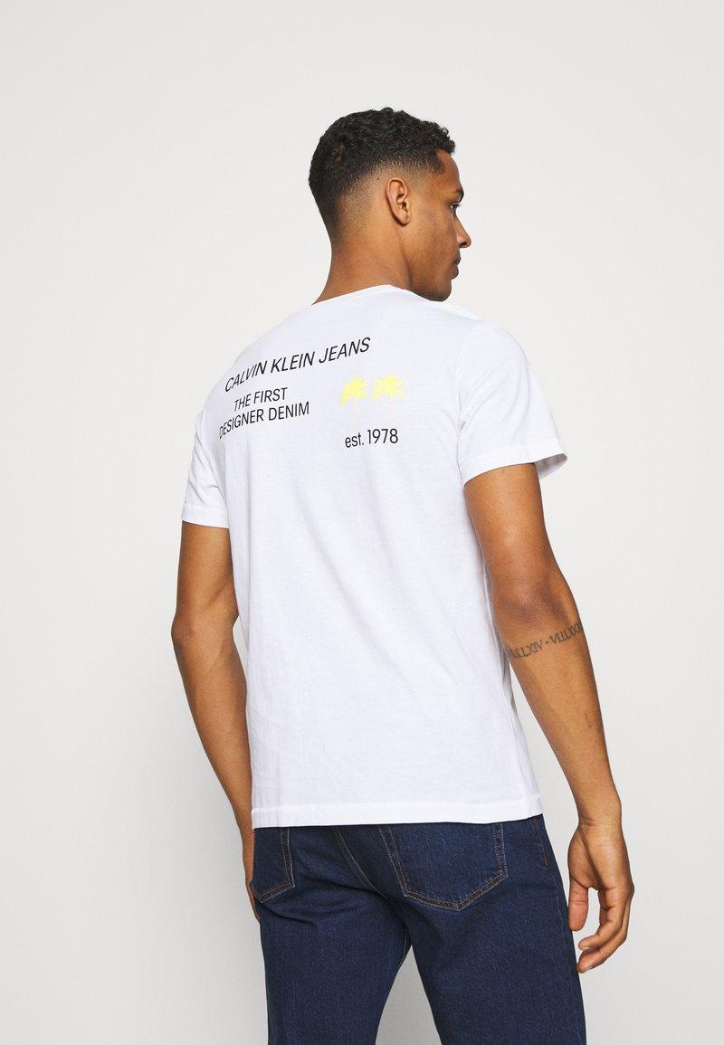 Calvin Klein Jeans - PALM PRINT GRAPHIC TEE UNISEX - T-shirt con stampa - white