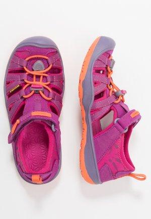 MOXIE - Chodecké sandály - purple wine/nasturtium