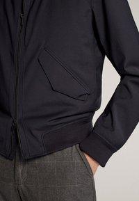 Massimo Dutti - MARINEBLAUE FUNKTIONSJACKE - Bomber Jacket - blue-black denim - 5