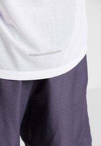 Nike Performance - DRY MILER TANK - Camiseta de deporte - white/vast grey/reflective silver - 4