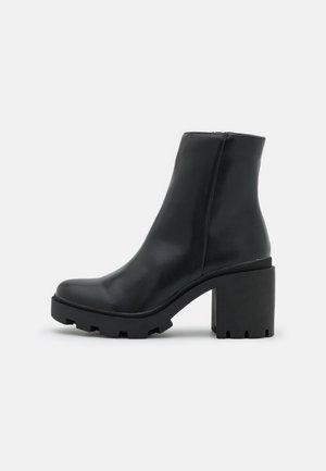 VEGAN PIA COMBAT LUG SOLE BOOT - Bottines à plateau - black smooth