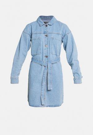 NMDOMINO BELT SHIRT DRESS - Dongerikjole - light-blue denim