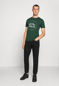 KnowledgeCotton Apparel - ALDER MOUNTAIN TEE - Triko s potiskem - green - 1